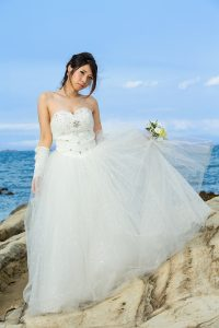 海でウェディングドレス